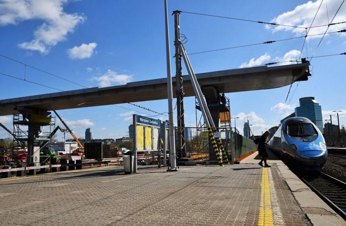 Warszawa Zachodnia: Budowa kładki przesuwa się nad kolejne perony
