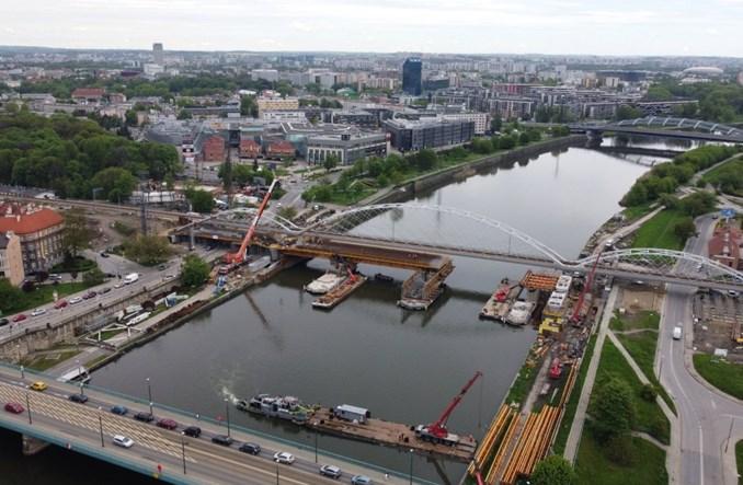 Kraków: Rowerzyści i piesi obok pociągów na nowym moście przez Wisłę [wizualizacje]
