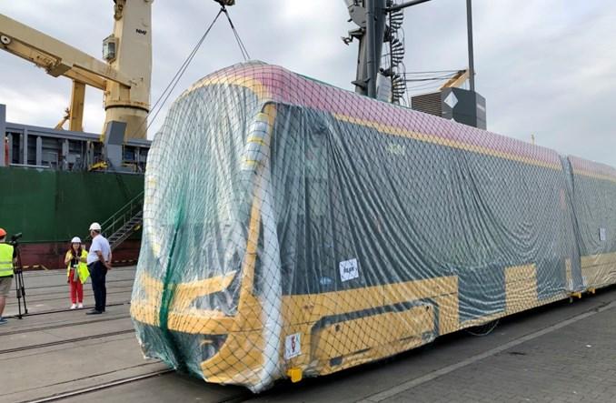 Tramwaje Hyundaia dla Warszawy rozładowane już w Gdyni