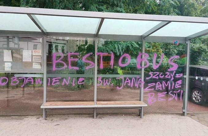 MPK Wrocław odpowiada na wandalizm antyszczepionkowców. Prezes funduje nagrodę