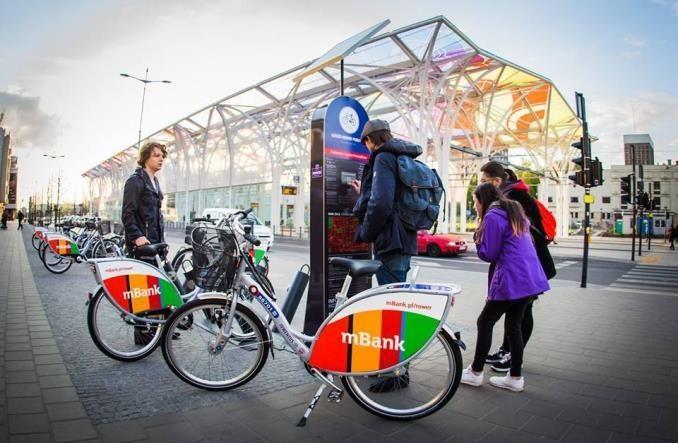 Hulajnogi zyskują, a rowery miejskie tracą. Podsumowanie mikrobilności Polaków