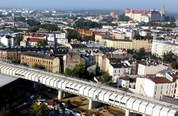Przystanek z blachy falistej w centrum Krakowa. PKP PLK: To jeszcze nie koniec