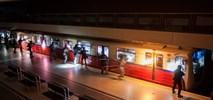 Antyterroryści odbili pociąg metra w Warszawie. Poleciały szyby [film]
