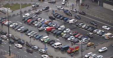 Samochód elektryczny też zajmuje miejsce. Czy ma parkować za darmo?
