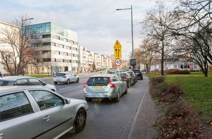 Warszawa: Szersze chodniki. ZDM stopniowo przenosi parkowanie na jezdnie