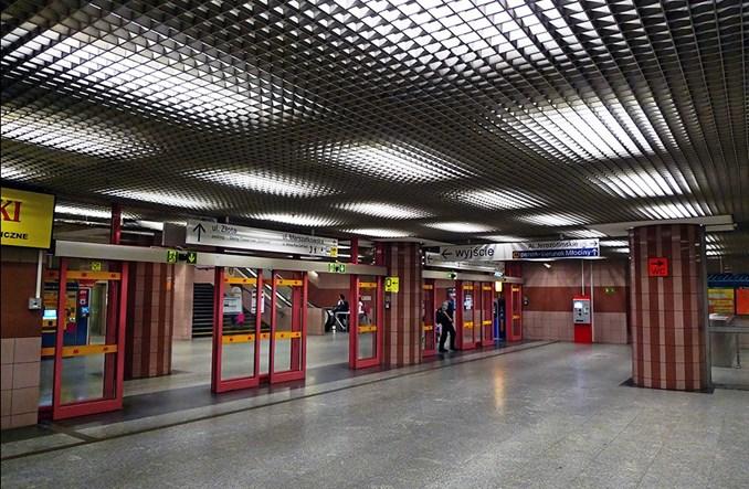 Metro Warszawskie wymieni cztery windy na obleganych stacjach