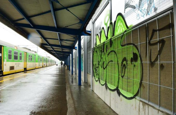 Inwestycje PKP PLK. Kapiąca woda i graffiti szpecące Warszawę Ursus