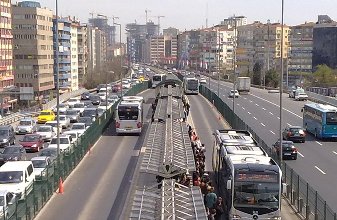 Jak zaoszczędzić jeden miesiąc w roku? Przesiądź się do Bus Rapid Transit