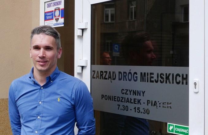 Warszawa: Nowy szef ZDM-u zaczyna od wyrzucenia aut spod biura