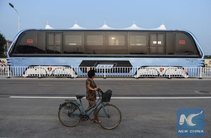 Chiny. Autobus, pod którym przejeżdżają auta? Zbudowali go!