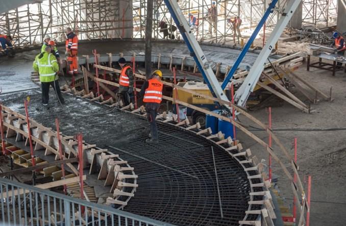 Kładka dla pieszych i rowerów pod mostem Łazienkowskim. Betonowanie zjazdów