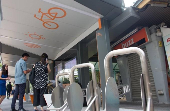 Singapur. Przystanek autobusowy z huśtawką, książkami i drzewem