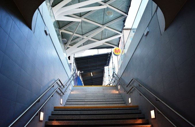 Metro: Nowe wejście na Wilanowskiej otwarte. Do autobusów nadal naokoło
