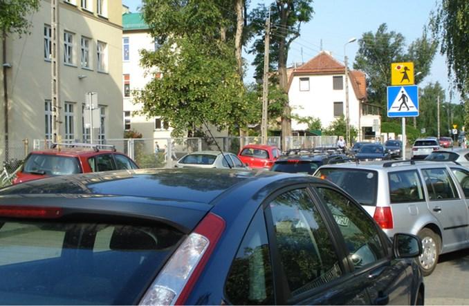 Polskie dzieci jeżdżą do szkoły samochodami. Im młodsze, tym częściej