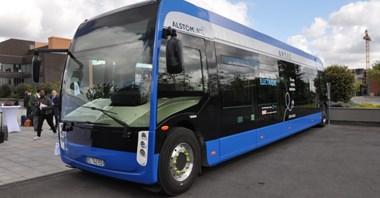Paryż. Przetarg na 800 elektrobusów bez Solarisa, ale… z polskimi ładowarkami
