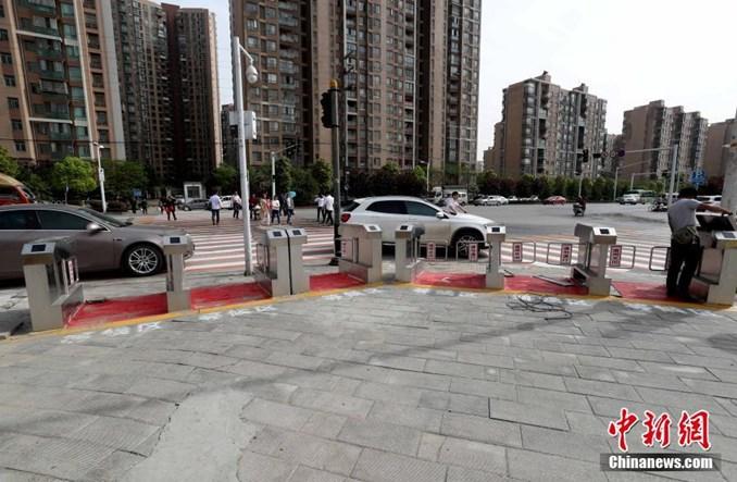 Wuhan. Chińczycy zainstalowali bramki do przejść dla pieszych