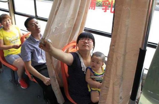 Matka karmiąca w autobusie potrzebuje zrozumienia, nie zasłonki