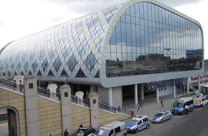 Poznań: Absurd przy nowym Dworcu Głównym. Piesi na torach tramwajowych