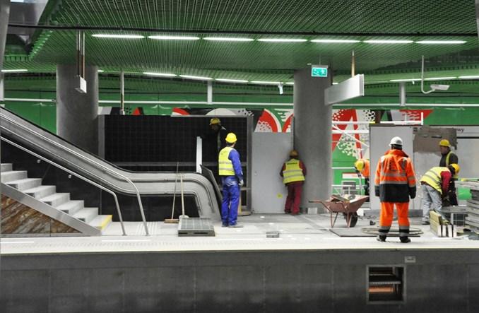 Metro: Ekran dźwiękoszczelny na… peronie metra. Zasłaniają Fangora