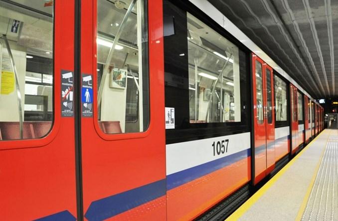 Pociąg metra z nowymi naklejkami. ZTM ujednolica informacje w całej komunikacji