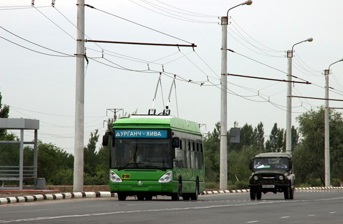 Uzbekistan: Trolejbusem przez step