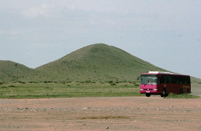 Mongolia. Gruntową drogą wśród baranów
