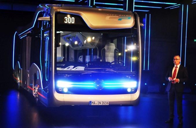 """Autobus Mercedesa """"bez kierowcy"""" wyjeżdża na trasę. Rewolucja?"""