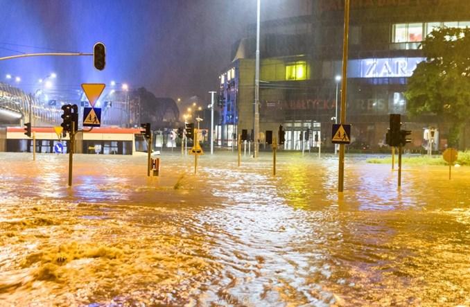 W Gdańsku po ulewie utknęło ok. 20 tramwajów. Niektóre po szyby w wodzie